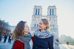Deux jeunes filles près de Notre-Dame à Paris Photographie stock