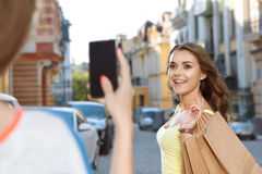 Deux jeunes filles prenant des photos tout en faisant des emplettes Photographie stock libre de droits