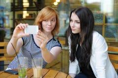 Deux jeunes filles prenant le selfie Photographie stock
