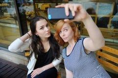 Deux jeunes filles prenant le selfie Photographie stock libre de droits