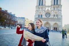 Deux jeunes filles prenant le selfie près de Notre-Dame à Paris Photos stock