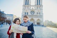 Deux jeunes filles prenant le selfie près de Notre-Dame à Paris Photo libre de droits