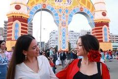 Deux jeunes filles regardant l'un l'autre avec joie photographie stock