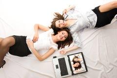 Deux jeunes filles se trouvant sur l'étage Photos libres de droits