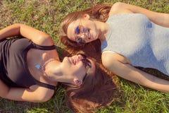 Deux jeunes filles souriant et ayant l'amusement dehors Photos stock