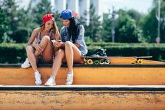 Deux jeunes filles sur le parc de patin Image stock