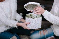 Deux jeunes filles tenant le présent lumineux de vacances Images stock