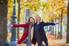 Deux jeunes filles un jour ensoleillé d'automne Photos libres de droits