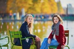 Deux jeunes filles un jour ensoleillé d'automne Photographie stock libre de droits
