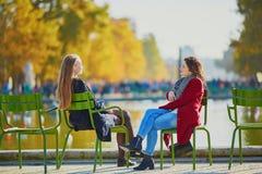 Deux jeunes filles un jour ensoleillé d'automne Photos stock