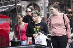 Deux jeunes filles veulent acheter le jus d'un marchand ambulant Image stock