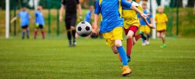 Deux jeunes footballers courant et concurrençant pour BAL photos libres de droits