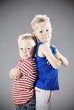 Deux jeunes frères dans le studio image libre de droits