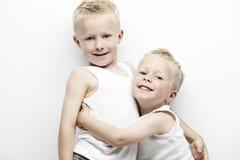 Deux jeunes frères dans le terrain de football Photographie stock libre de droits