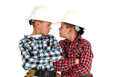 Deux jeunes frères ricanant à l'un l'autre construction de port Images libres de droits