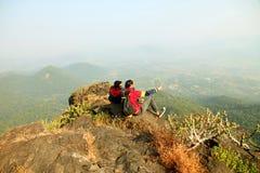 Deux jeunes garçons avec le sac à dos prenant Selfie sur le dessus d'une montagne et appréciant la vue de vallée Photos libres de droits