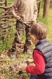 Deux jeunes garçons discutant allumant un feu de camp Photo libre de droits