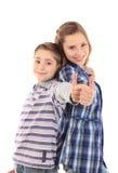 Deux jeunes garçons heureux avec des pouces vers le haut Photos libres de droits