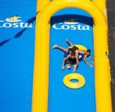 Deux jeunes garçons jouant dans la plus longue glissière d'eau sont entrés dans le livre des records montrés pour Costa Cruises F images stock