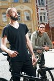 Deux jeunes hommes attirants de hippie font un cycle dedans Images stock