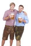 Deux jeunes hommes avec le verre de bière Image libre de droits