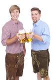 Deux jeunes hommes avec le verre de bière Photos libres de droits