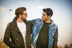 Deux jeunes hommes beaux, amis, en parc Image libre de droits