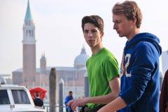 Deux jeunes hommes caucasiens Images stock