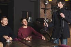 Deux jeunes hommes commandant le narguilé en café Image libre de droits