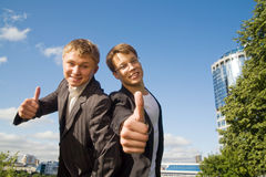 Deux jeunes hommes d'affaires images stock