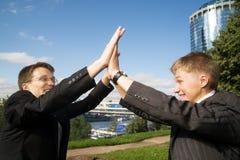 Deux jeunes hommes d'affaires photos libres de droits