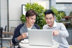 Deux jeunes hommes d'affaires beaux dans des vêtements sport souriant, talkin images stock