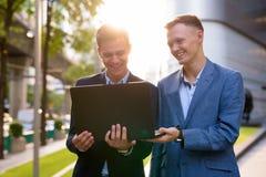 Deux jeunes hommes d'affaires beaux travaillant ensemble en dehors du buil photos libres de droits