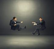 Deux jeunes hommes d'affaires dans le combat Photos libres de droits