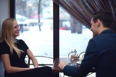 Deux jeunes hommes d'affaires pendant le déjeuner dans le café Photos libres de droits