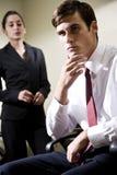 Deux jeunes hommes d'affaires sérieux Image stock