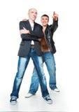 Deux jeunes hommes dans des jeans Photographie stock