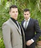 Deux jeunes hommes de costume posant regardant la vue Images libres de droits