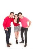 Deux jeunes hommes et une jeune fille se sont habillés en rouge Images libres de droits