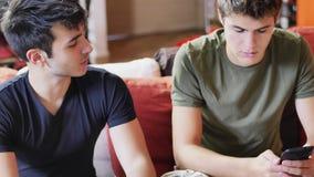 Deux jeunes hommes parlant et causant Photographie stock libre de droits