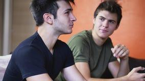 Deux jeunes hommes parlant et causant Images stock