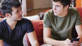 Deux jeunes hommes parlant et causant Photographie stock