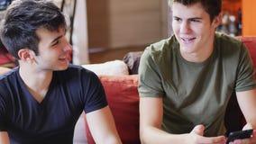 Deux jeunes hommes parlant et causant Image stock