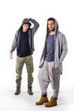 Deux jeunes hommes portant des vêtements de militaires et de sport Image stock