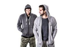 Deux jeunes hommes portant des vêtements de militaires et de sport Photo libre de droits