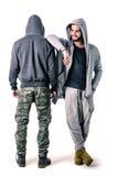 Deux jeunes hommes portant des vêtements de militaires et de sport Photos stock