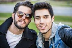 Deux jeunes hommes prenant le selfie Photo stock