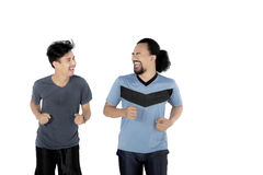 Deux jeunes hommes pulsant ensemble Image libre de droits
