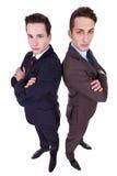 Deux jeunes hommes sérieux avec des bras croisés Photo libre de droits