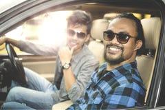 Deux jeunes hommes s'asseyant dans la voiture Photo libre de droits